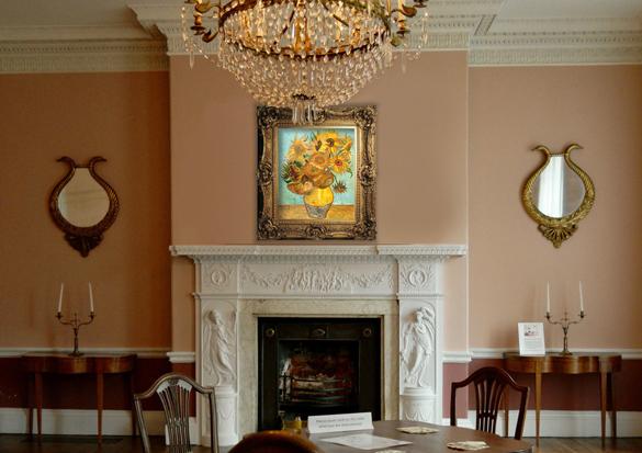 Van Gogh reproductie Vaas met Twaalf Zonnebloemen in interieur.